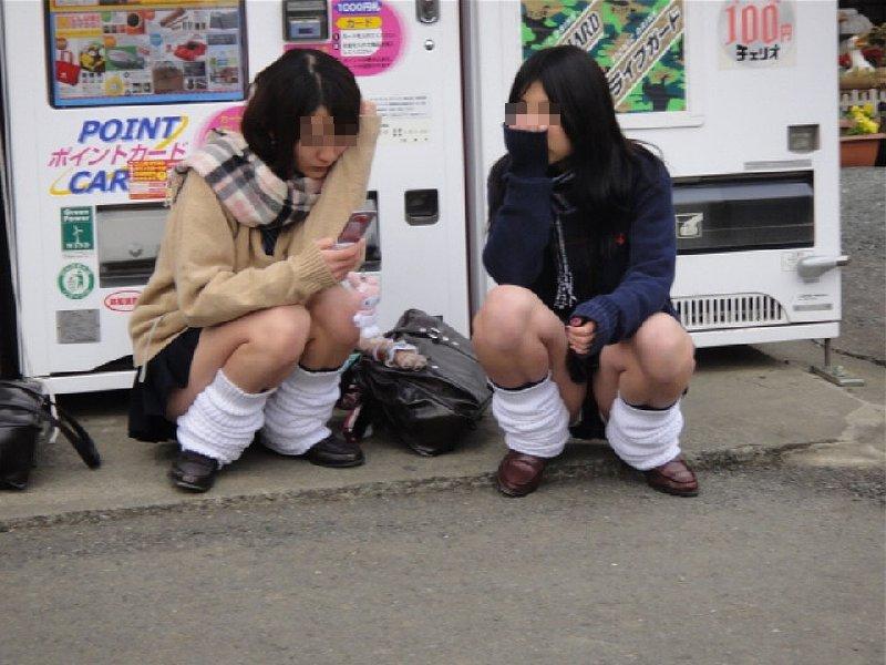 スカートから下着を見せっぱなしのJKたち (10)