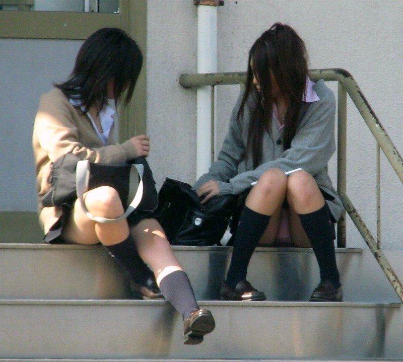 スカートから下着を見せっぱなしのJKたち (11)