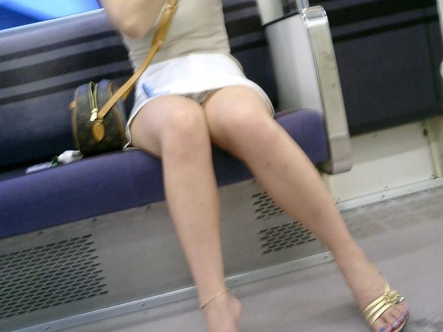 下着が見えてるのに気付いてない女の子 (5)