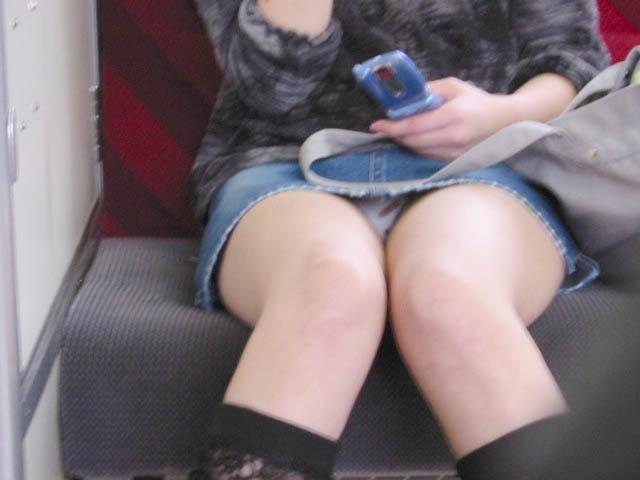 下着が見えてるのに気付いてない女の子 (6)