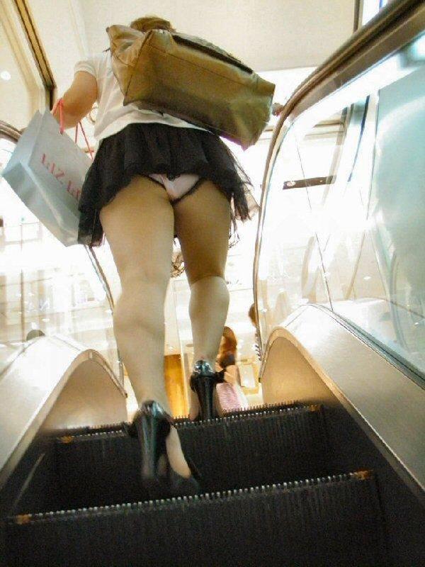スカートを穿いてエスカレーターに乗ると下着が見えちゃう (17)
