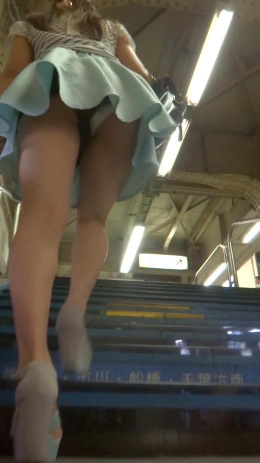 スカートを穿いてエスカレーターに乗ると下着が見えちゃう (19)