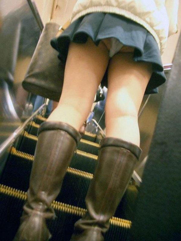スカートを穿いてエスカレーターに乗ると下着が見えちゃう (12)