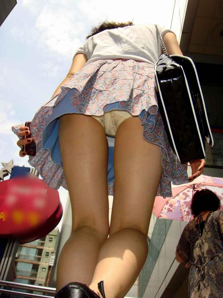 スカートを穿いてエスカレーターに乗ると下着が見えちゃう (18)