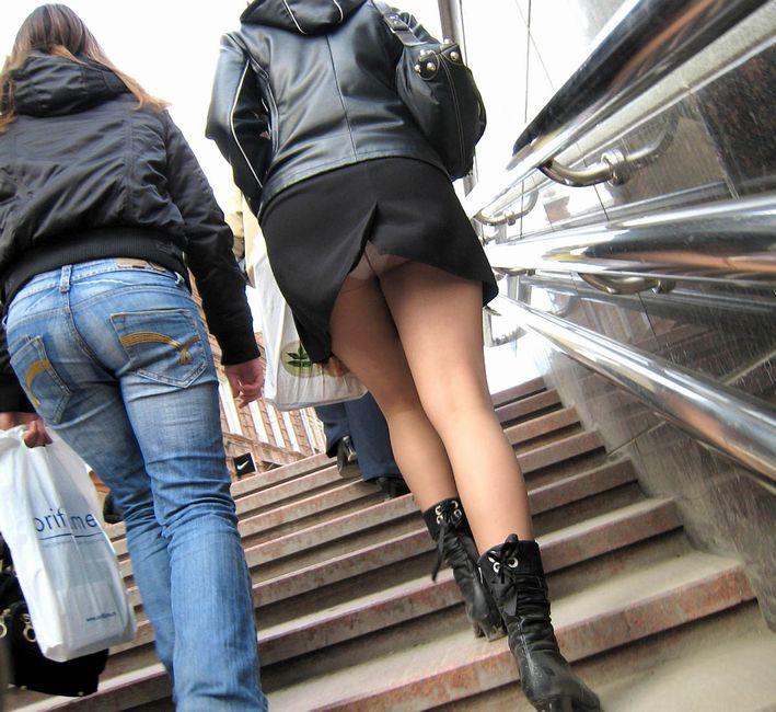 スカートを穿いてエスカレーターに乗ると下着が見えちゃう (3)