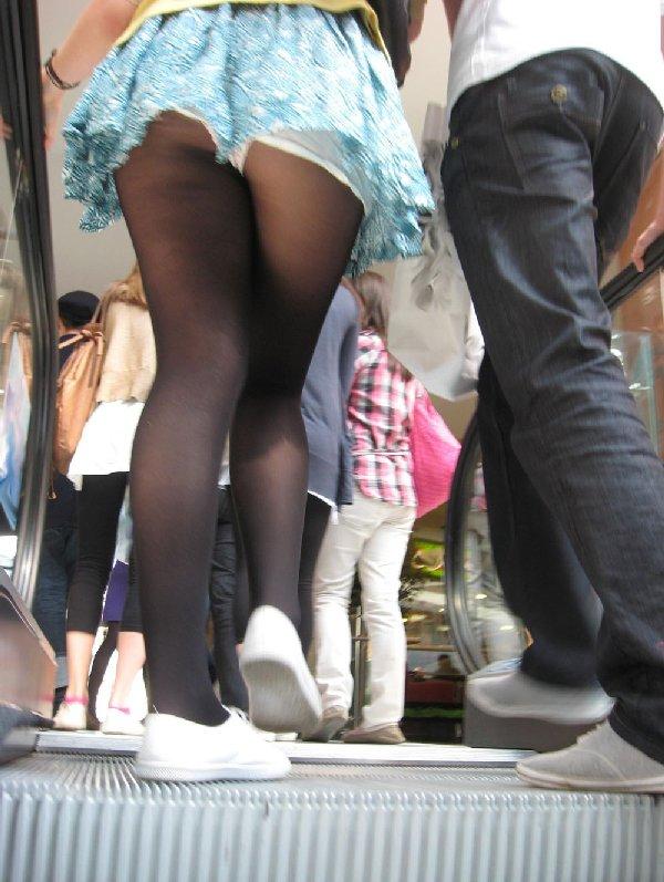 スカートを穿いてエスカレーターに乗ると下着が見えちゃう (13)