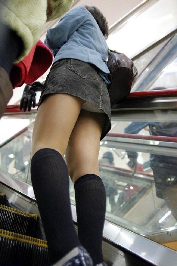 スカートを穿いてエスカレーターに乗ると下着が見えちゃう (16)