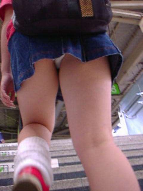 スカートを穿いてエスカレーターに乗ると下着が見えちゃう (5)