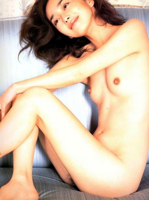 美しい芸能人が脱ぐと、綺麗でセクシーな裸体が素晴らしい (11)