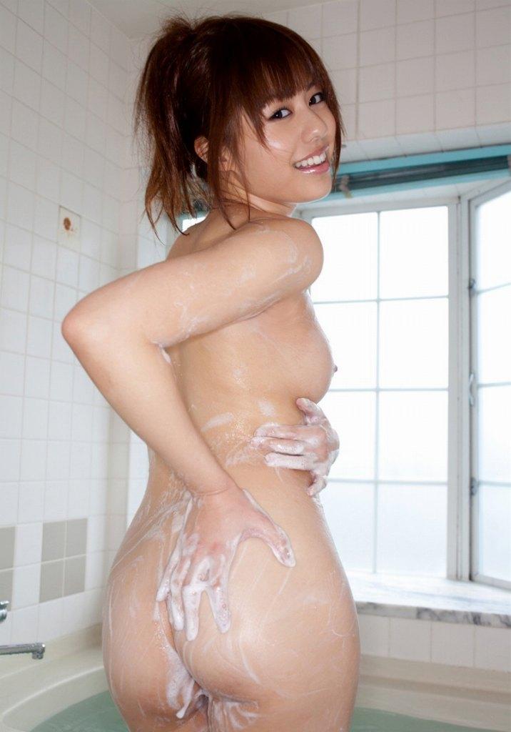 お風呂で泡まみれになっている女の子たち。泡プレイにも見えちゃう