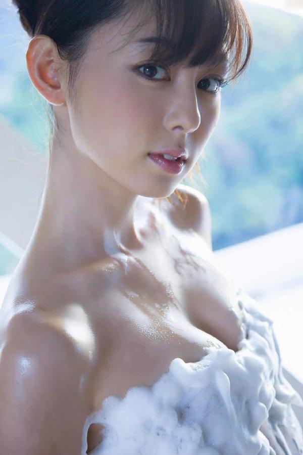お湯で濡れた肌に泡が付いてセクシーさがアップ (11)