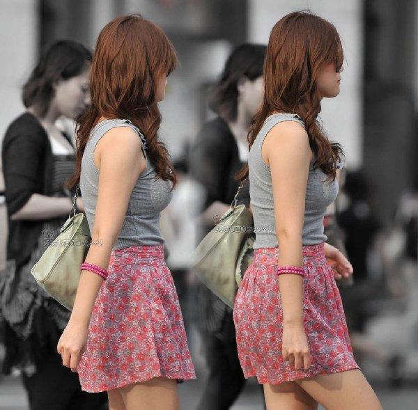 乳房がデカ過ぎて服から出てきそう (10)