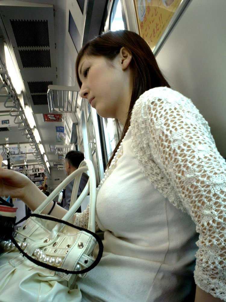 乳房がデカ過ぎて服から出てきそう (13)