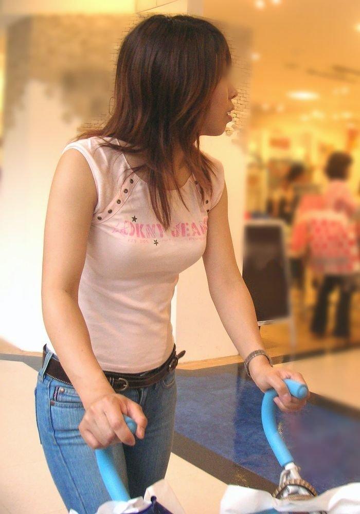 乳房がデカ過ぎて服から出てきそう (16)