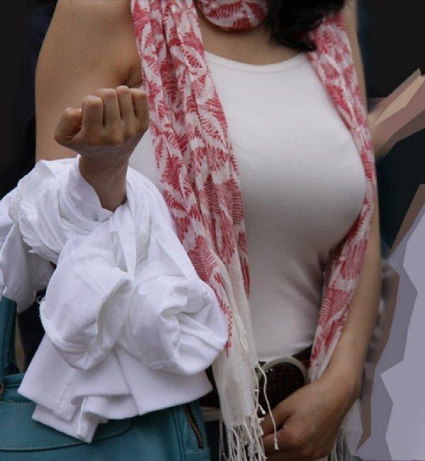 乳房がデカ過ぎて服から出てきそう (3)