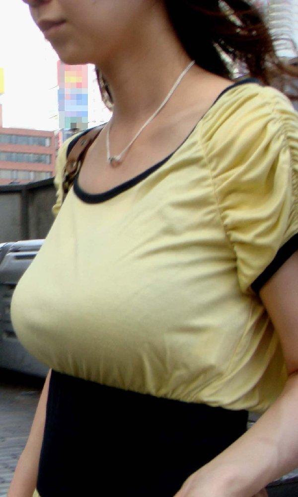 乳房がデカ過ぎて服から出てきそう (12)