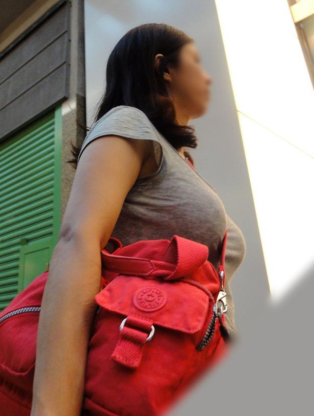 乳房がデカ過ぎて服から出てきそう (18)
