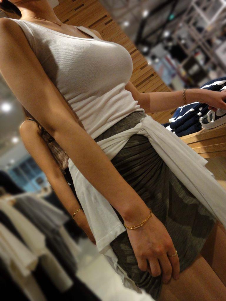 服の中の爆乳が気になる素人さん (18)