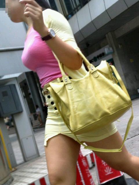 服の中の爆乳が気になる素人さん (4)