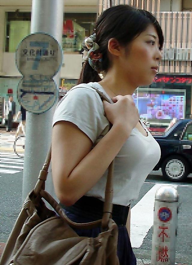 爆乳が隠しきれないお姉さんの街撮り (18)