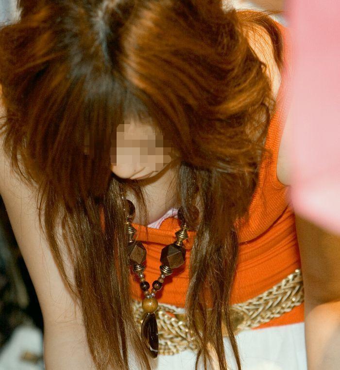 乳房が服の中から結構見えちゃってる女の子 (13)