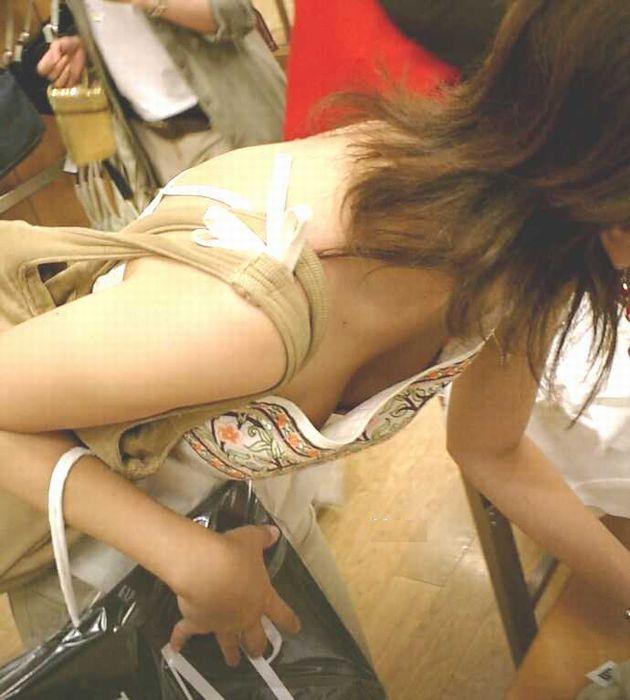 胸の谷間がガッツリ見えちゃっている女の子 (4)