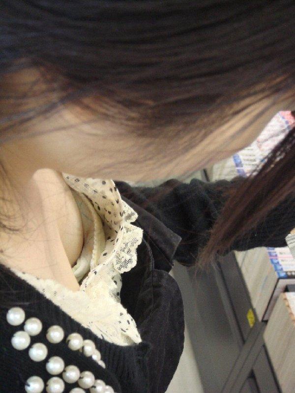 胸の谷間がガッツリ見えちゃっている女の子 (13)