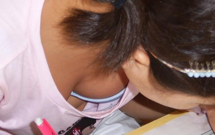 胸の谷間がガッツリ見えちゃっている女の子 (5)