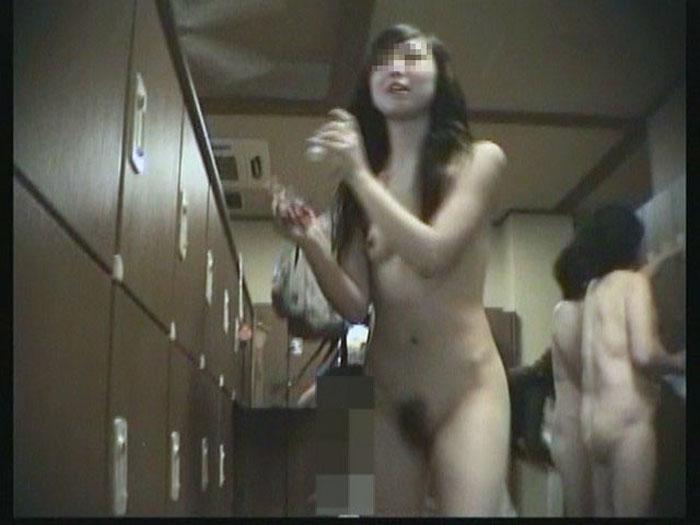 服を全部脱いで裸のまま更衣室をウロウロ (12)