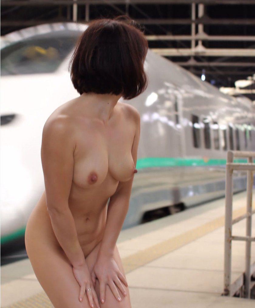 どんな場所にいても脱衣して全裸になる女の子 (19)
