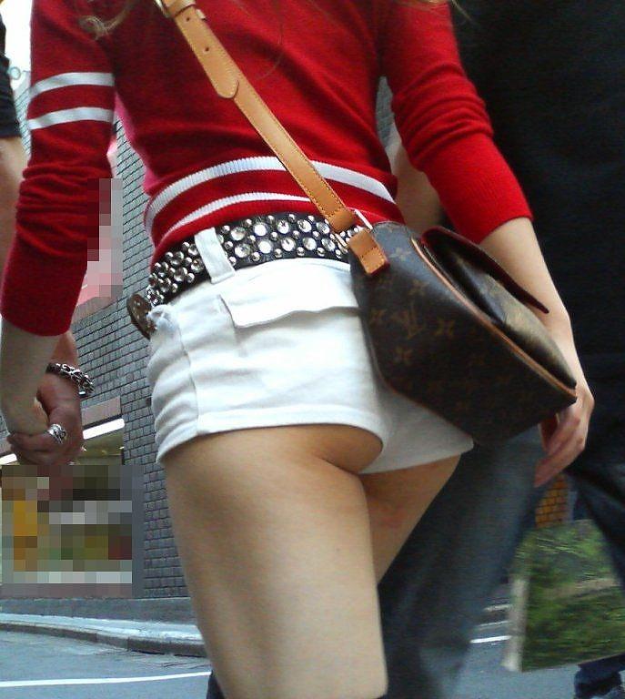 ショートパンツから出てきちゃったケツがセクシー (2)