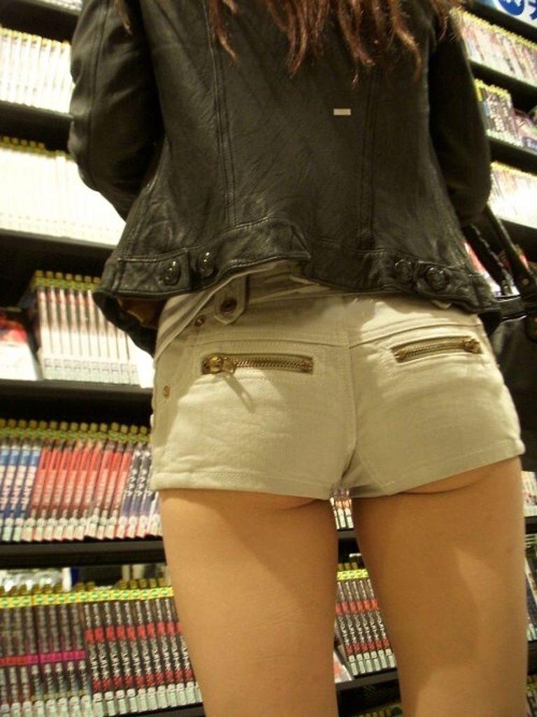 ショートパンツから出てきちゃったケツがセクシー (5)