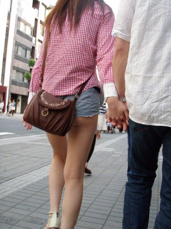 ショートパンツから出てきちゃったケツがセクシー (15)