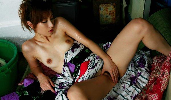 和服が似合う全裸の女の子 (11)