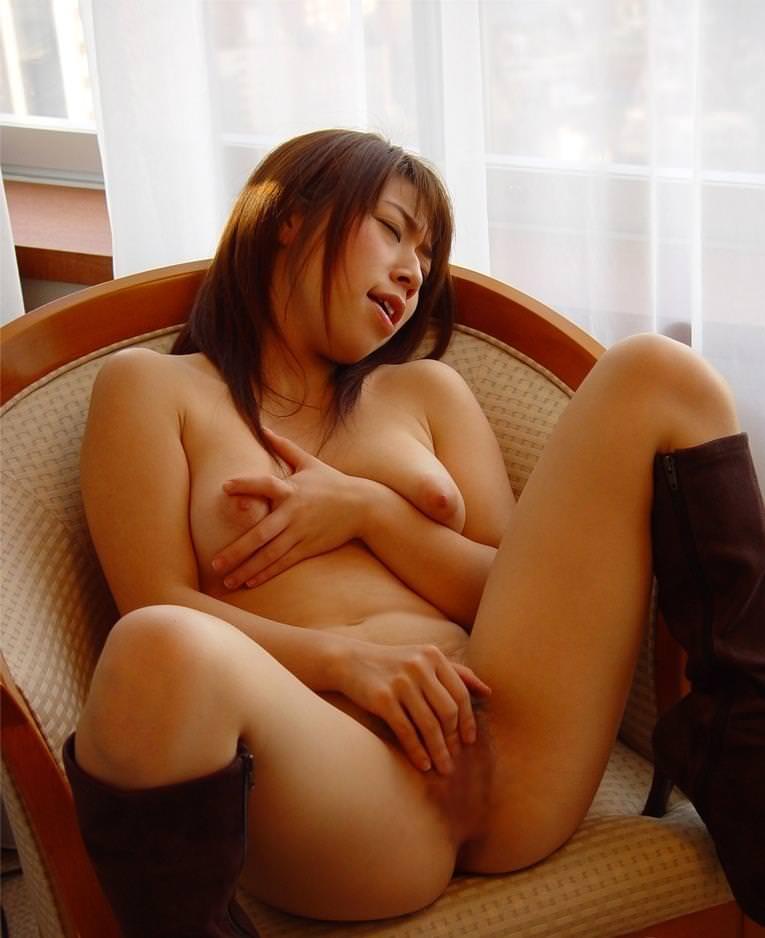マスターベーションに夢中になっている女の子 (4)