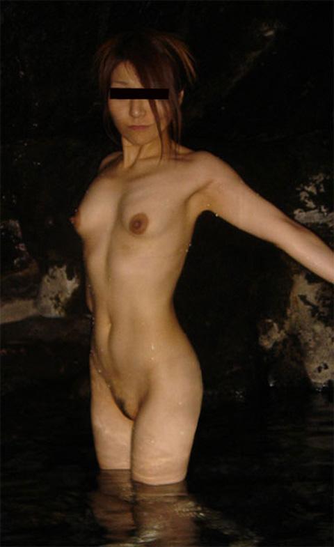 露天風呂で素っ裸のまま写真を撮っちゃう女の子 (5)