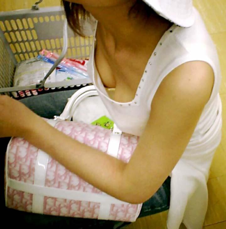 座ってる女の子の胸元から胸チラを発見 (17)