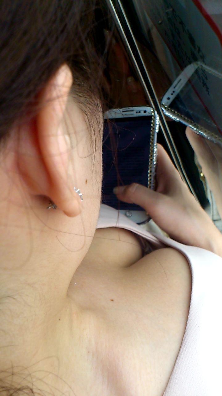 座ってる女の子の胸元から胸チラを発見 (18)