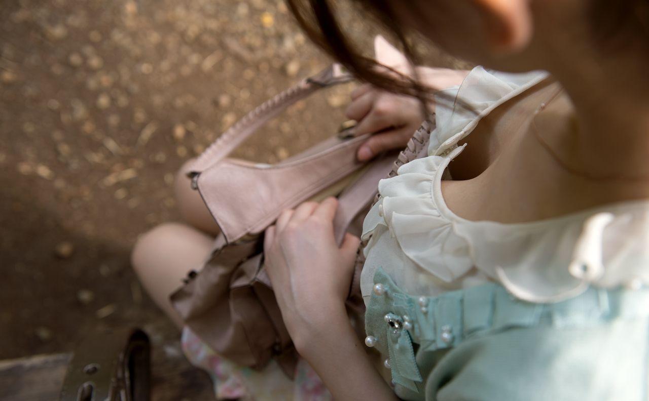座ってる女の子の胸元から胸チラを発見 (6)