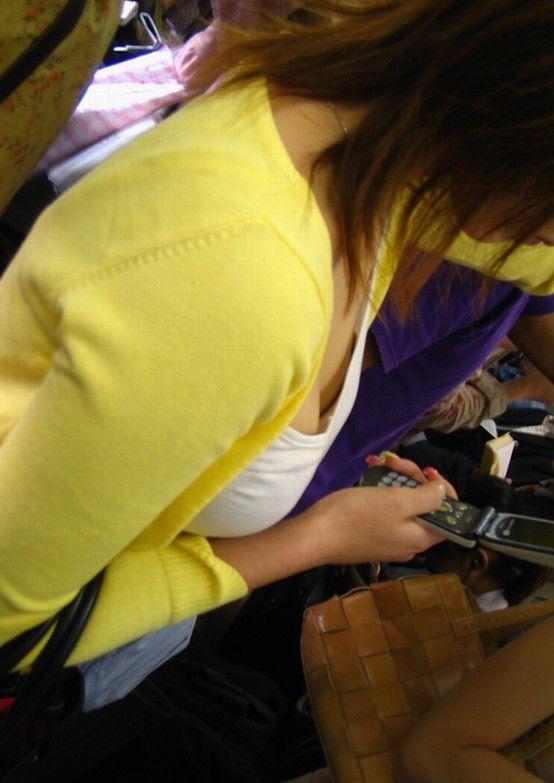 座ってる女の子の胸元から胸チラを発見 (9)