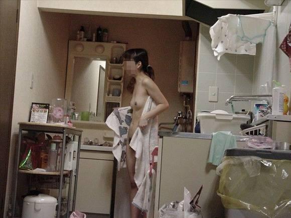 家に帰って寛いている彼女を覗いちゃう (9)