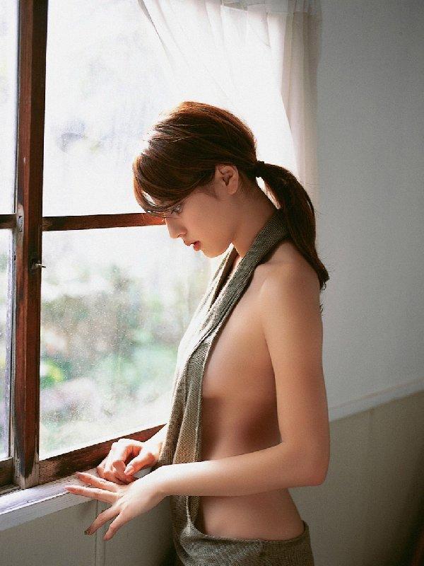 グラビアアイドルが限界まで乳房を出しちゃう (13)
