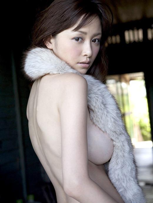 グラビアアイドルが限界まで乳房を出しちゃう (3)