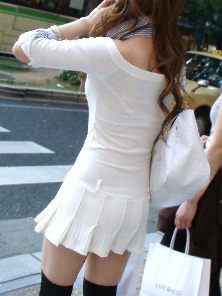 洋服を着ているのに下着がスケスケな女の子 (17)