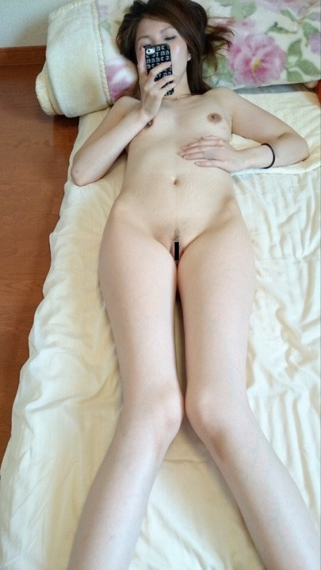 素っ裸の自分の写メを撮って見せちゃう女の子 (12)