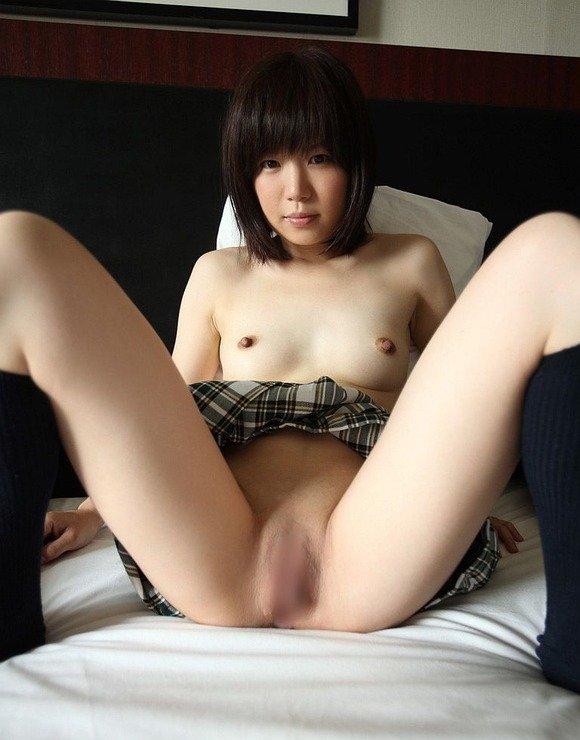 無毛の股間を大股開きで露出させる女の子 (15)