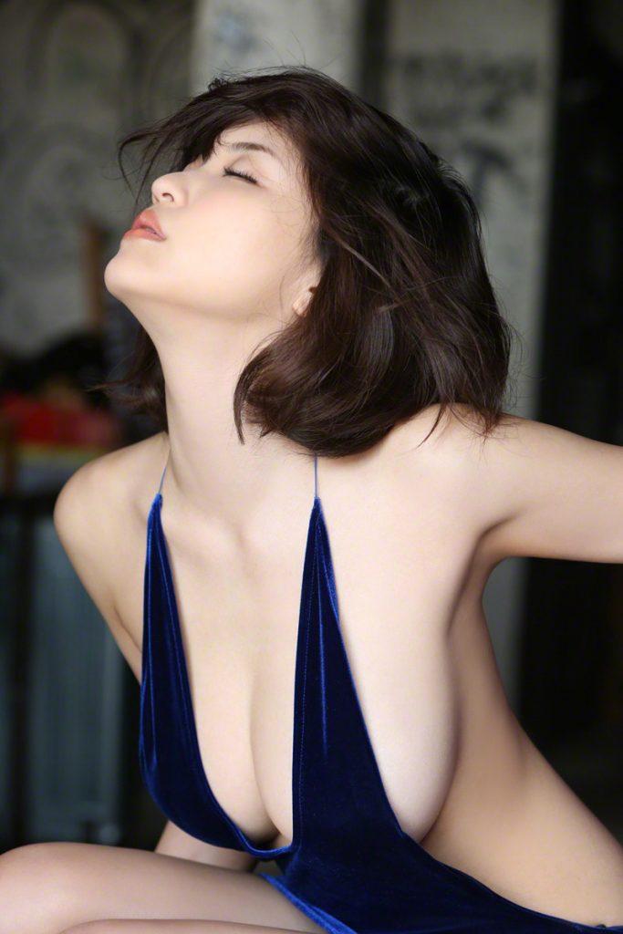 グラビアアイドルの限界露出で横乳丸見え (2)