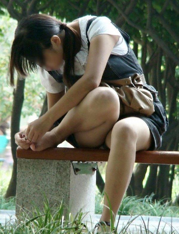 スカート着用のために下着を覗かれちゃう女の子 (19)