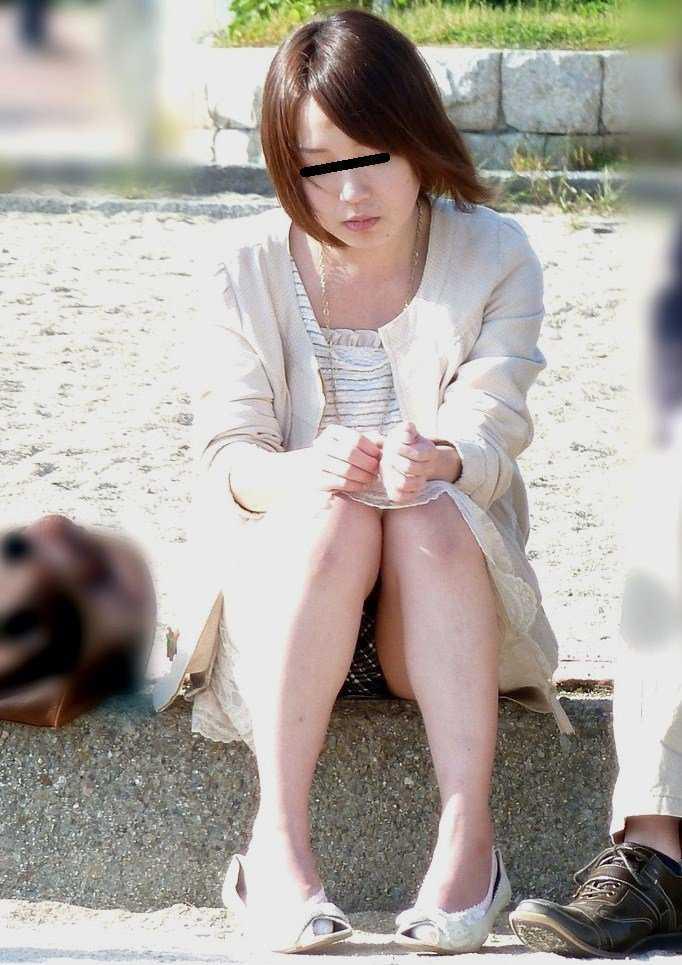 スカート着用のために下着を覗かれちゃう女の子 (16)