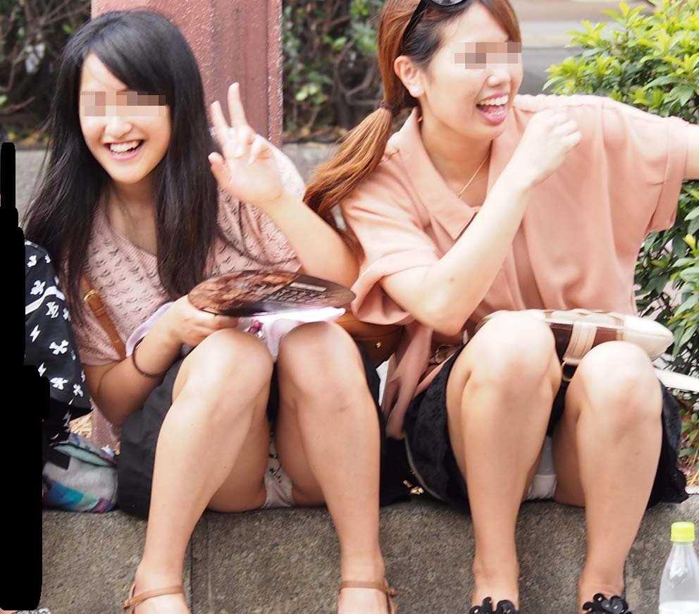 スカートを穿いて座ったら、思いっきりパンチラしちゃう素人女性たち